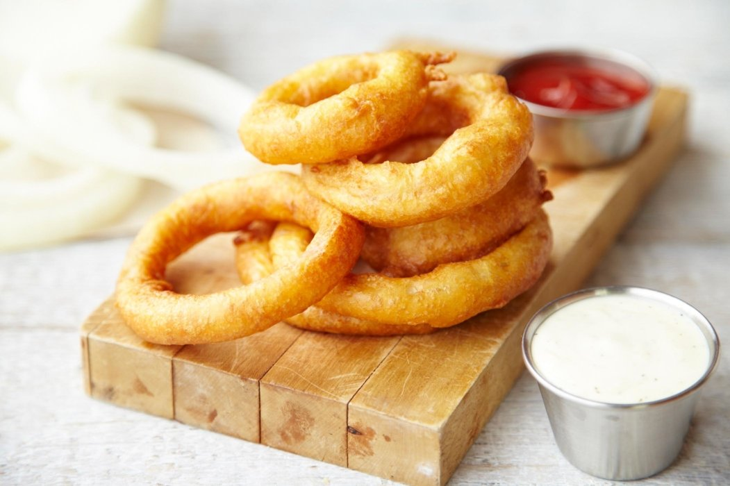 Onion rings with ketchup and mayo