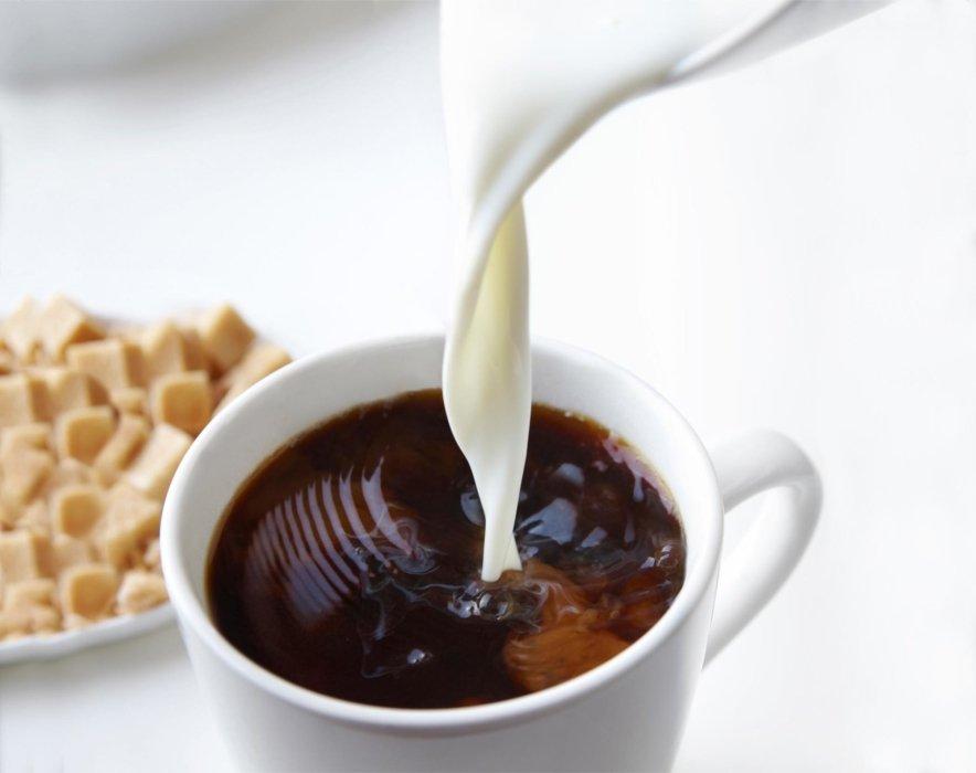 Splashing coffee pour