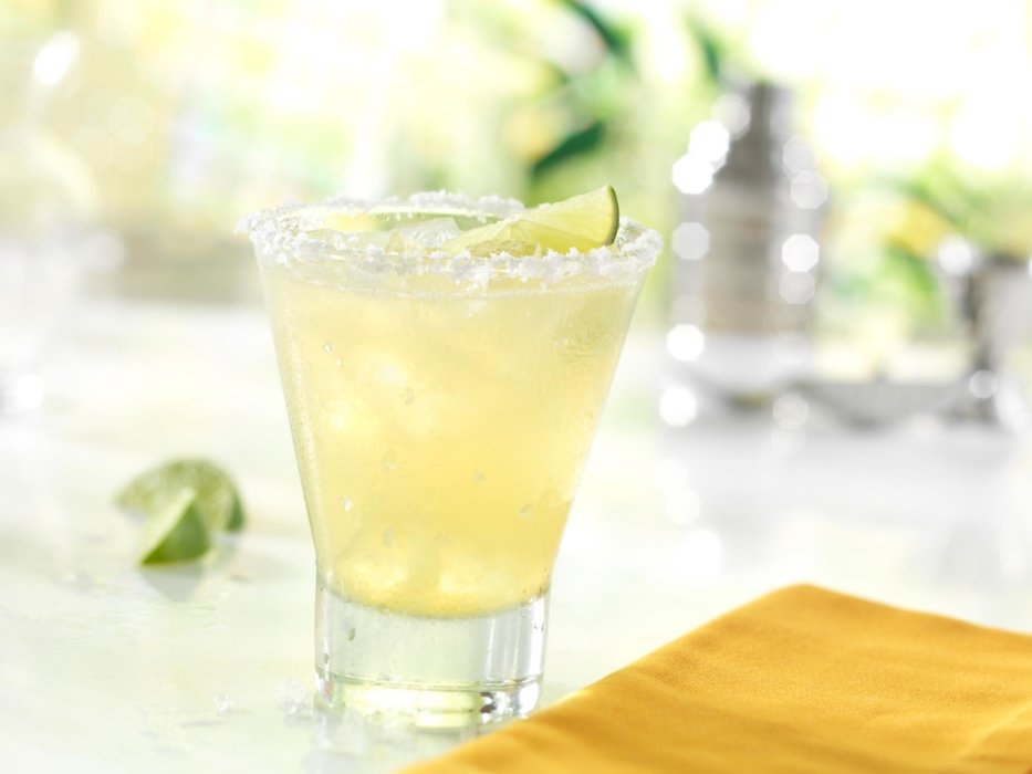 Red Robin Ziosk drink image. A cocktail image with limes