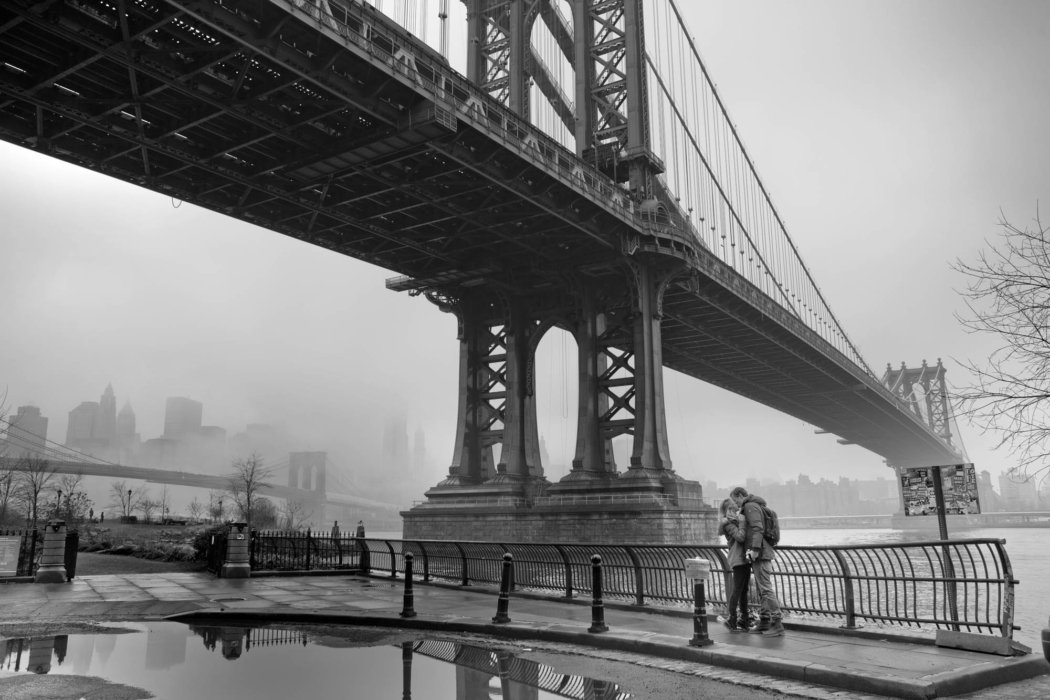 People photography - couple kissing under the brooklyn bridge