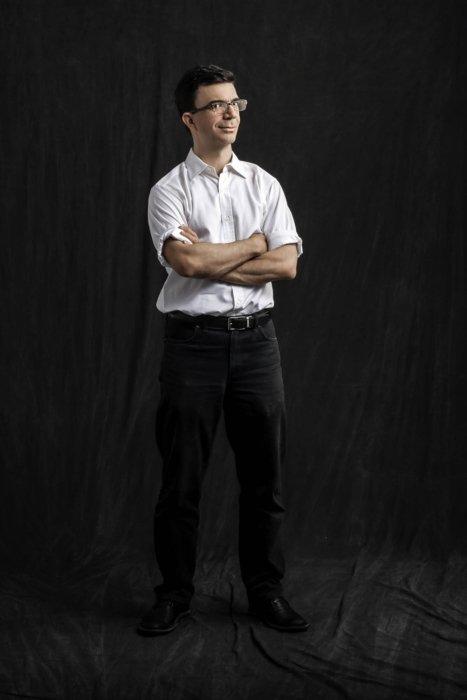 Portrait of Tobias Frere-Jones on a dark cloth background