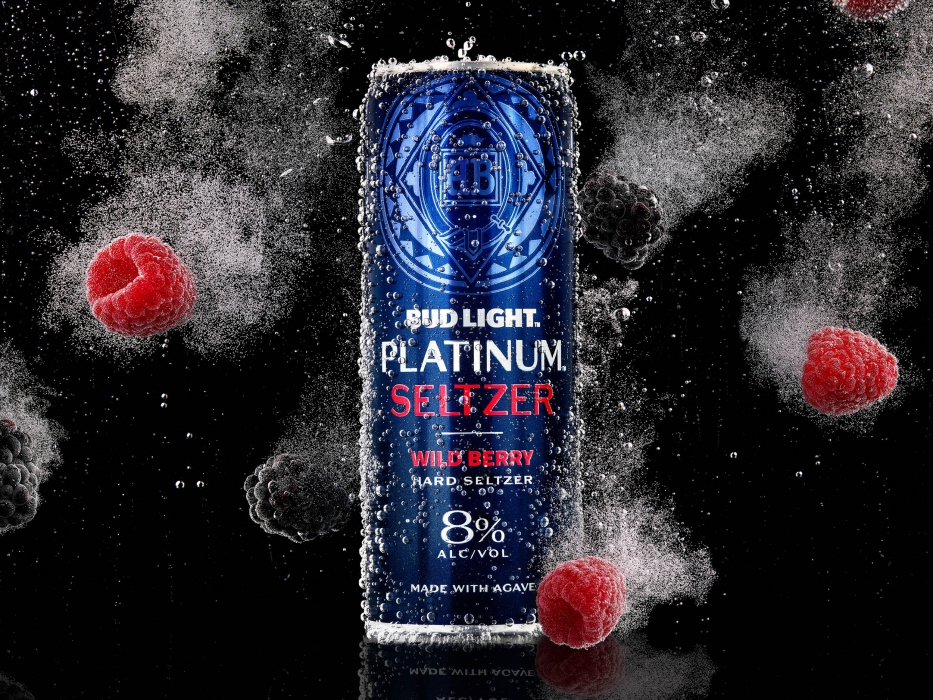 Bud light platinum seltzer wild berry in carbonated water with floating berries - drink photography